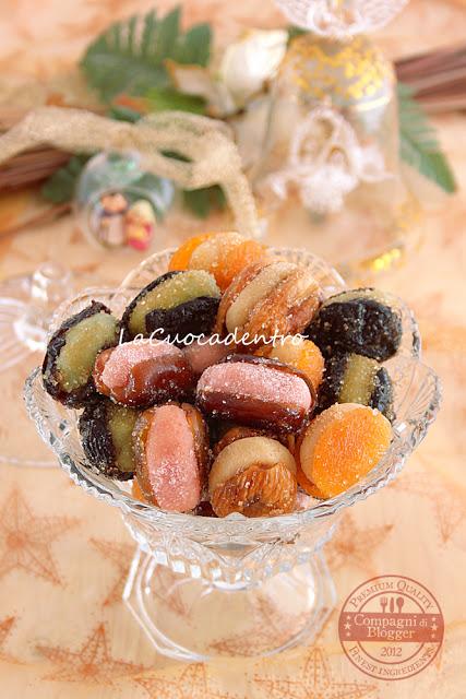 Frutta secca ripiena di pasta di mandorle