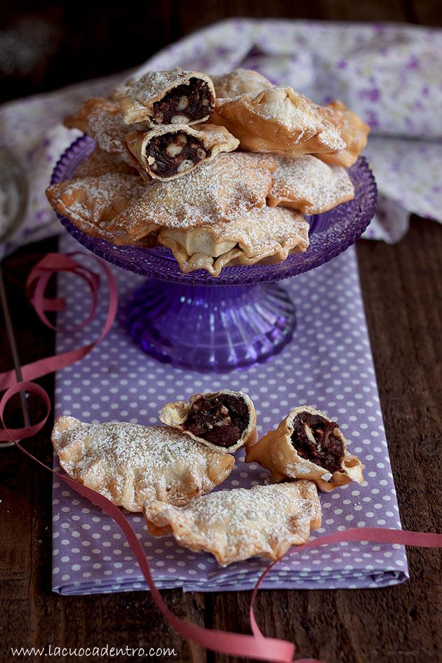 Ravioli dolci fritti cacao pinoli