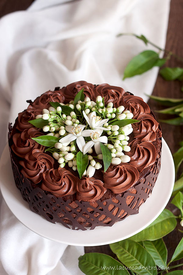Torta alla mousse di cioccolato e fiori di zagara