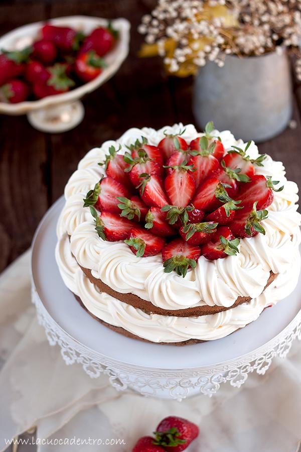 torta al cacao composta di fragole e crema chantilly
